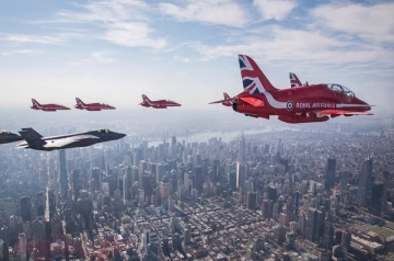 Red Arrows, F-35 and F-22 over New York. Photo RAF