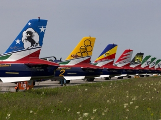 Frecce Tricolori painted five aircraft to honor former aerobatic teams