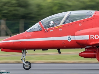 Red Arrows aircraft blows the tire during landing at Farnborough